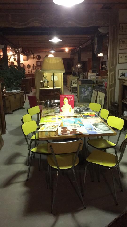 Tables et chaises jaunes
